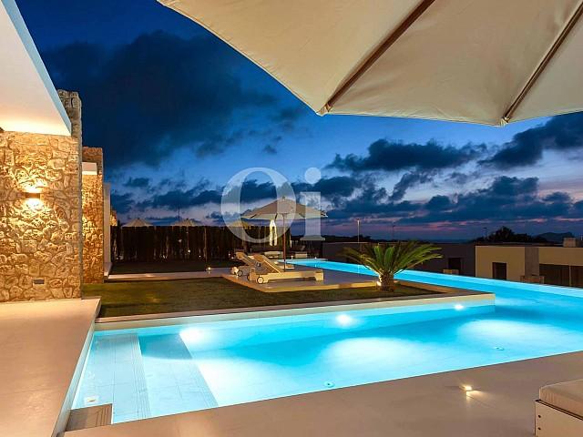 Piscina propia de preciosa casa en venta en Ibiza