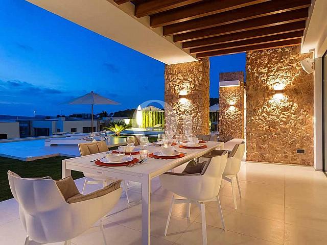 Comedor de verano de preciosa casa en venta en Ibiza