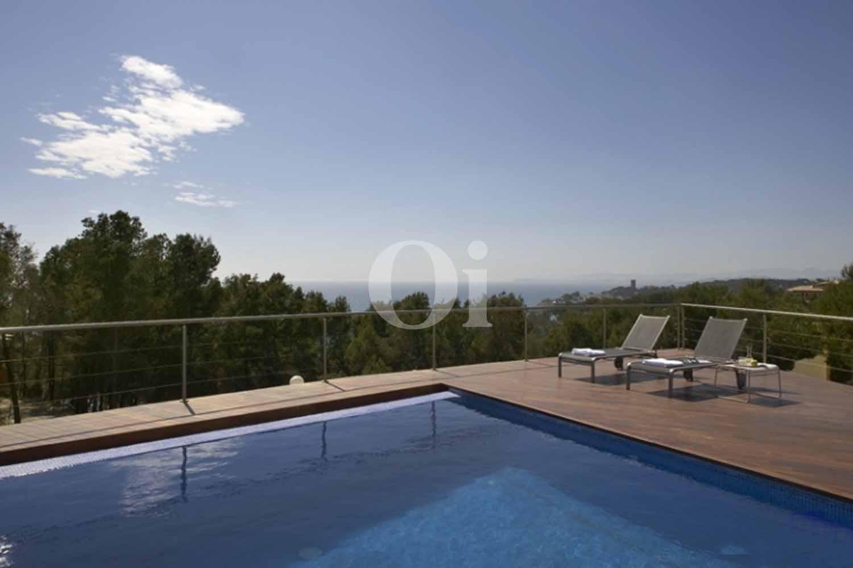 Бассейн и терраса у дома на продажу в Таррагоне