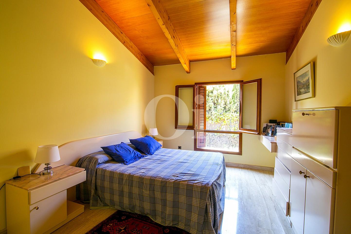 Luminosa habitación doble con cama matrimonial y vistas exteriores en casa en venta en Teià
