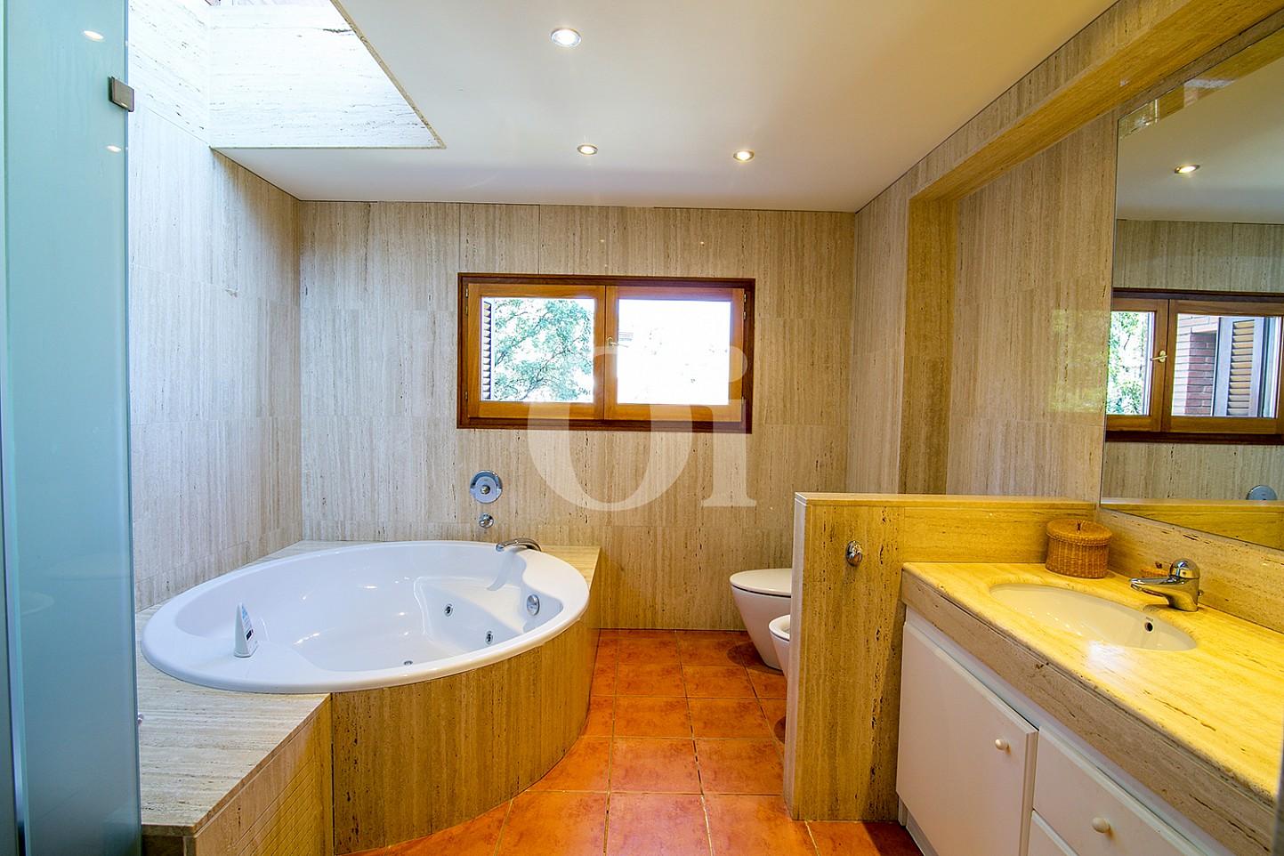 Ванная комната в доме на продажу в Sant Berger de Teià
