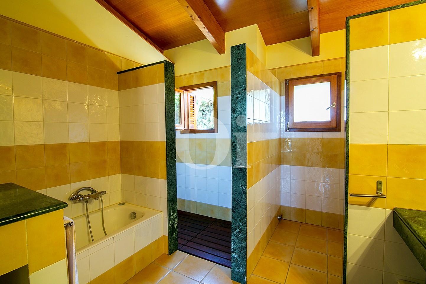 Sensacional baño completo con plato de ducha y aseo en espectacular casa en venta ubicada en Teià