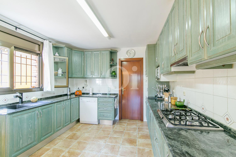 Magnifica cocina equipada e independiente con vistas en lujosa casa en venta ubicada en Vallvidrera, Barcelona