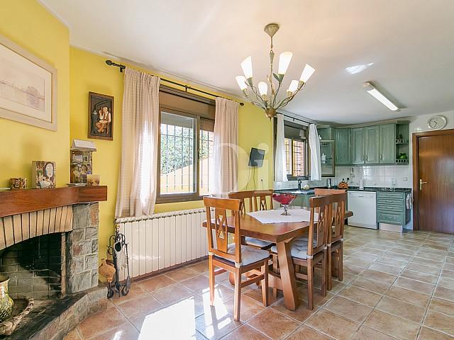 Luminoso salón comedor con vistas exteriores en lujosa casa en venta ubicada en Vallvidrera, Barcelona