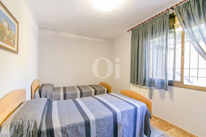Dormitorio con dos camas de casa en venta en la más pura naturaleza de Vallvidrera