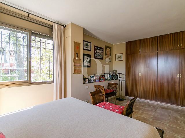 Dormitorio de casa en venta en la más pura naturaleza de Vallvidrera