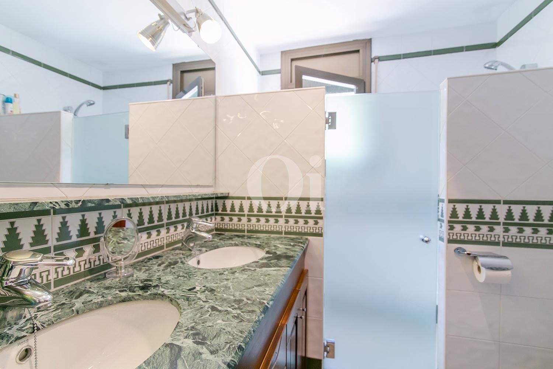 Baño con ducha de casa en venta en la más pura naturaleza de Vallvidrera