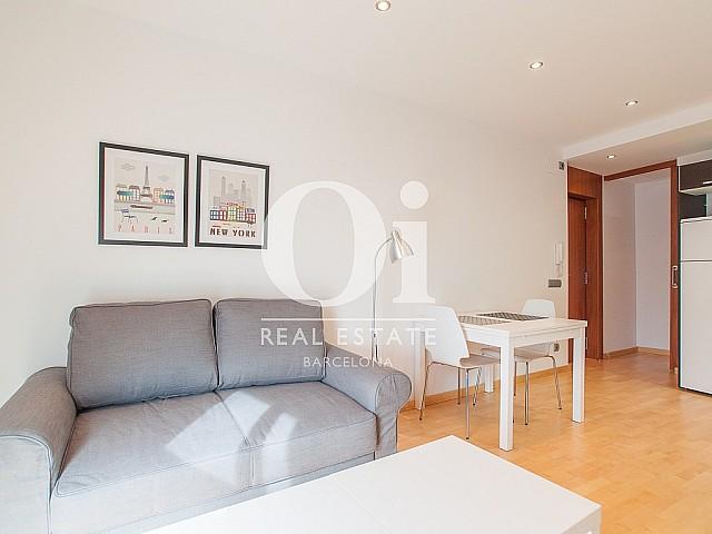 luminoso salón comedor con vistas exteriores en sensacional piso en alquiler ubicado en el Raval, Barcelona