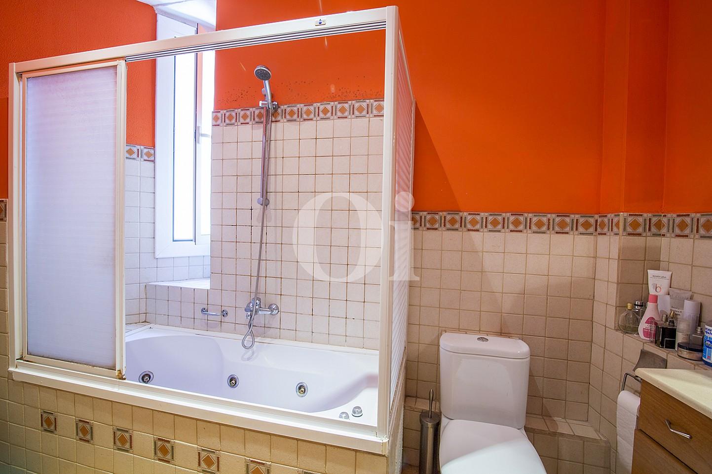 Exclusivo baño completo con plato de ducha, bañera  y aseo en magnifico piso en venta ubicado en El Gotic, Barcelona