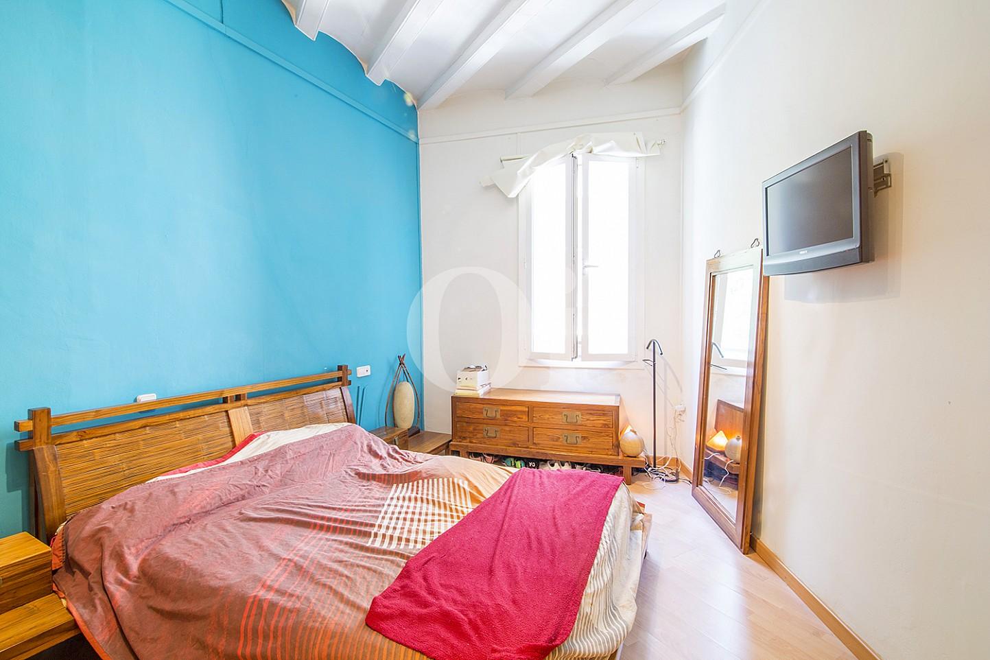 Luminosa habitación doble con cama matrimonial en lujoso piso en venta situado en el Gotic, Barcelona