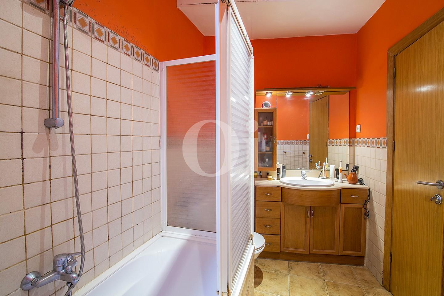 Exclusivo baño completo con plato de ducha y aseo en magnifico piso en venta ubicado en El Gotic, Barcelona