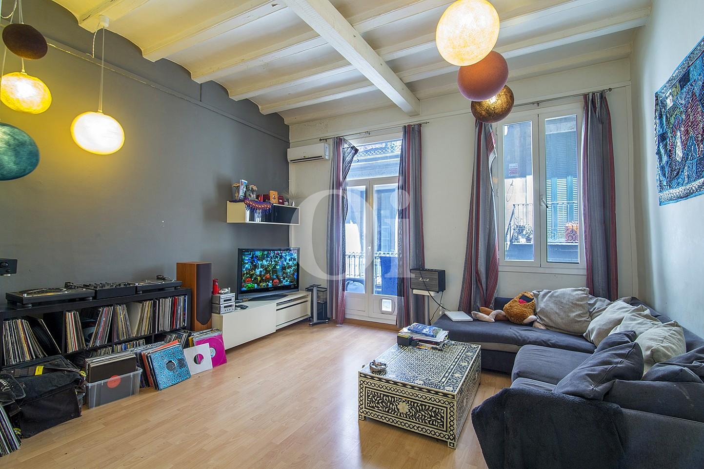 Luminoso salón con decorado bohemio y vistas exteriores en céntrico piso en venta ubicado en El Gotic, Barcelona