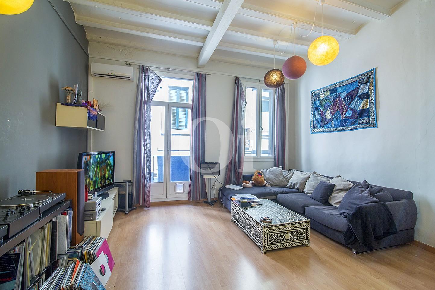 Светлая гостиная в квартире на продажу в Готическом Квартале Барселоны
