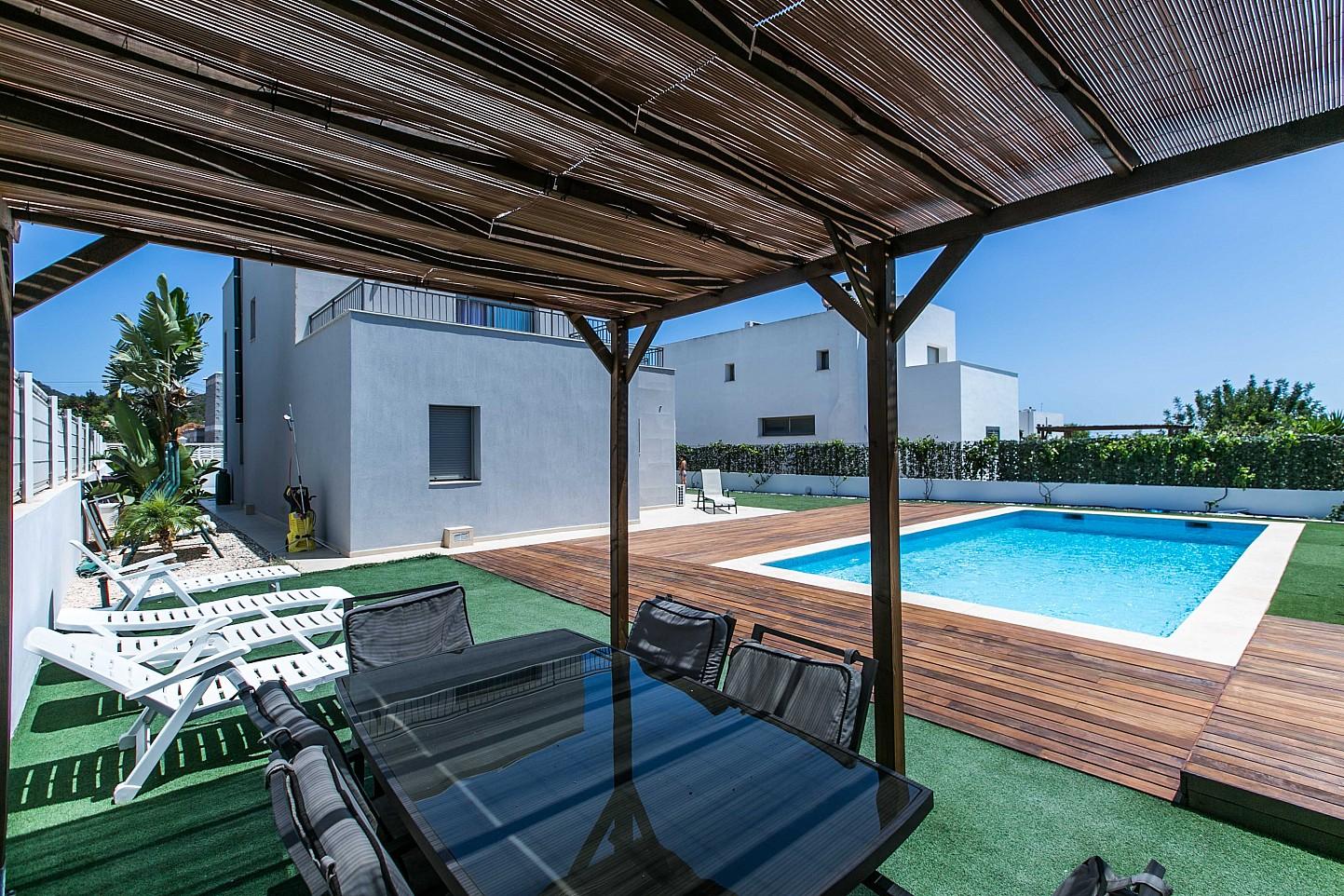 Exclusiva terraza con piscina propia en magnífica casa en alquiler ubicada en Ibiza