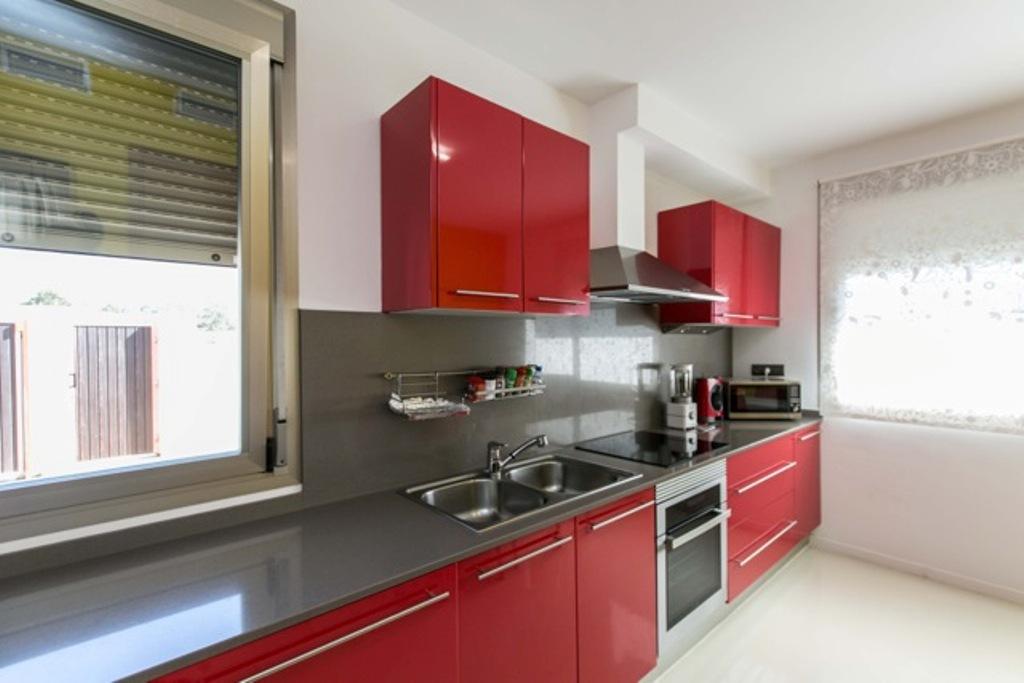 Magnifica cocina equipada e independiente con vistas exteriores en sensacional casa en alquiler en Ibiza