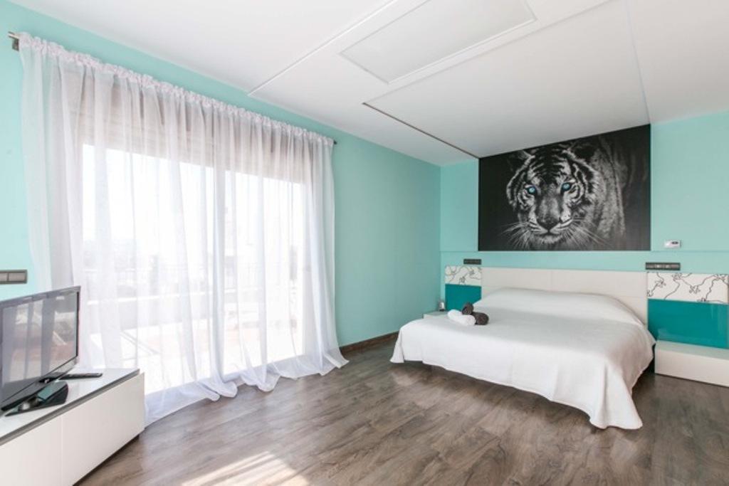 Luminosa habitación doble con cama matrimonial y vistas exteriores en sensacional casa en alquiler ubicada en Ibiza