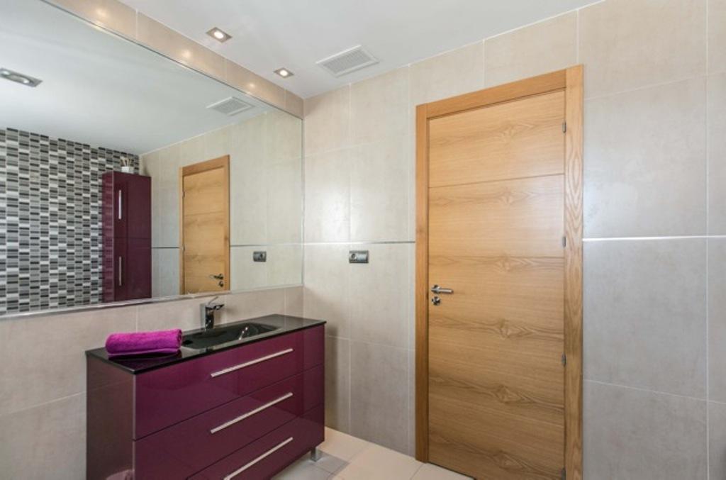Exclusivo baño completo con bañera y aseo en lujosa casa en alquiler situada en Ibiza