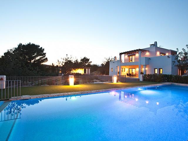 Восхитительные виды на фасад и бассейн дома в аренду в Puig d'en Valls, Ибица