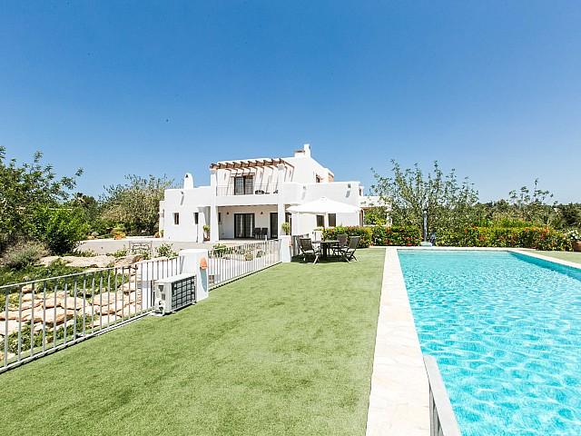 Восхиительные виды на фасад и бассейн дома в аренду в Puig d'en Valls, Ибица