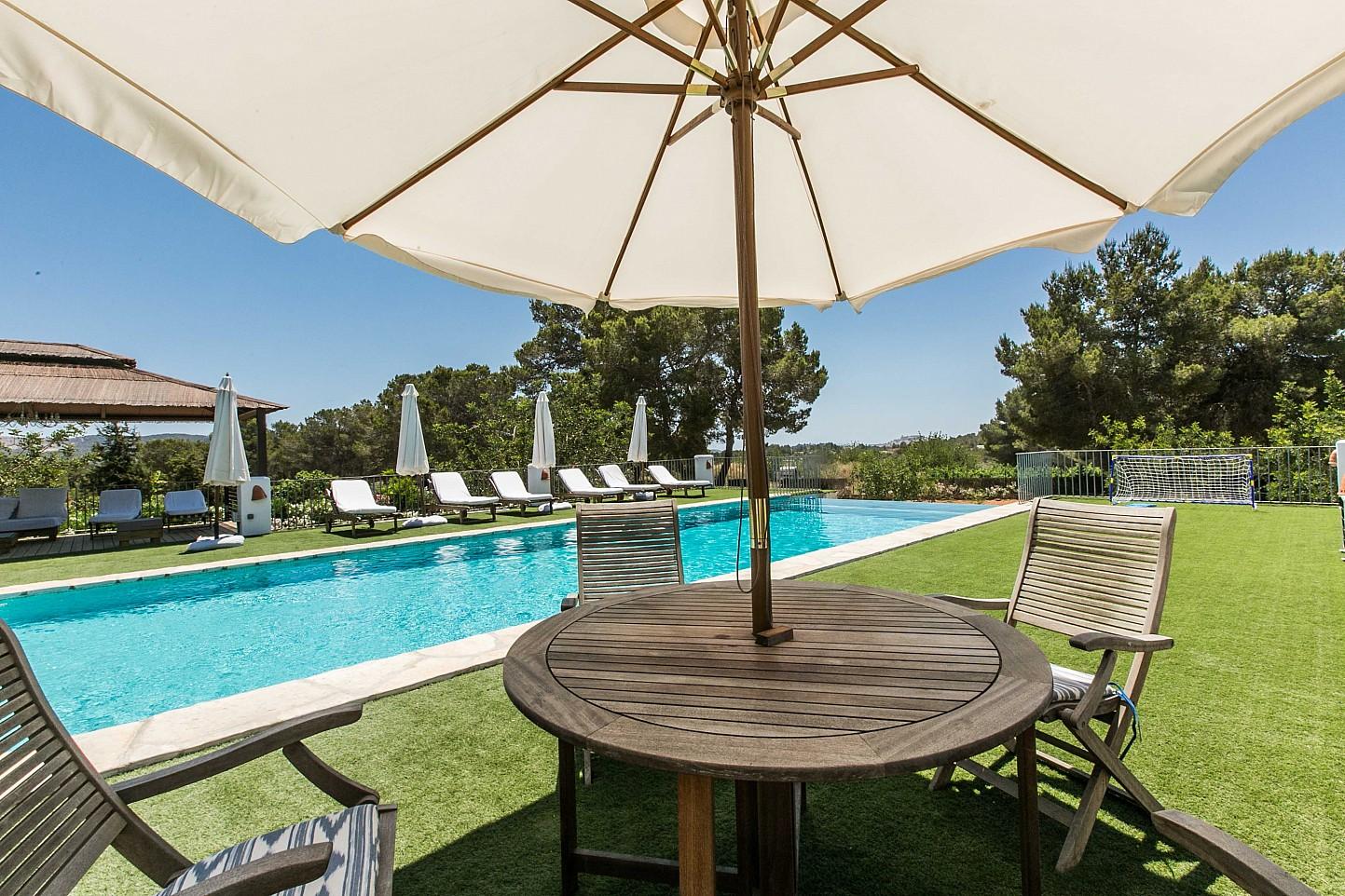Волшебные виды на бассейн и террасу дома в аренду в Puig d'en Valls, Ибица