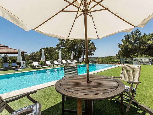 Sensacional casa en alquiler con gran porhce, terraza y piscina propia ubicada en Ibiza