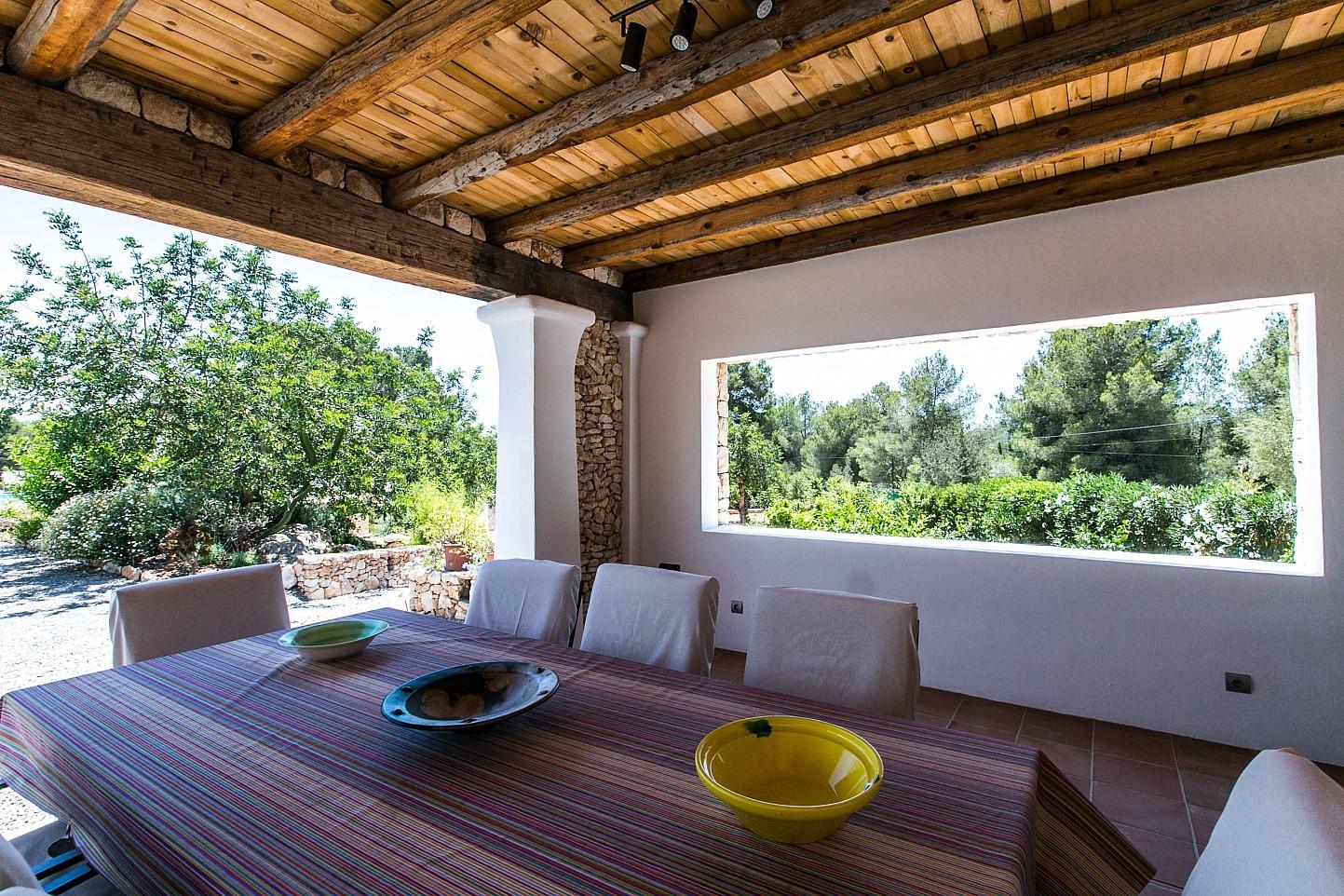 Exclusivo porche con vistas exteriores en sensacional casa en alquiler situada en Ibiza