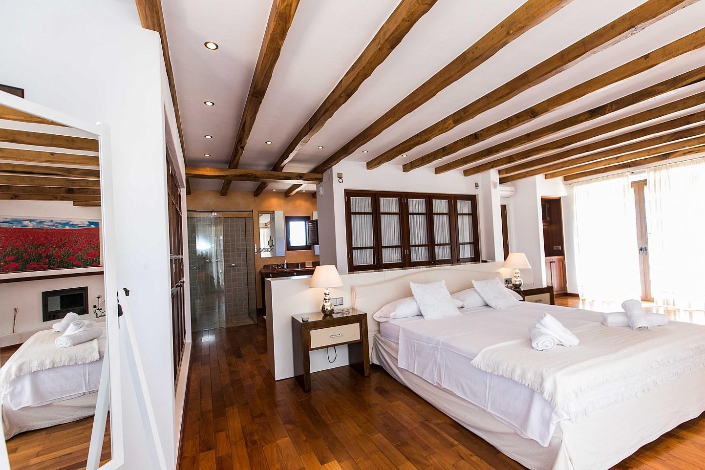 Luminosa habitación doble de grandes dimensiones con cama matrimonial en lujosa casa en alquiler en Ibiza