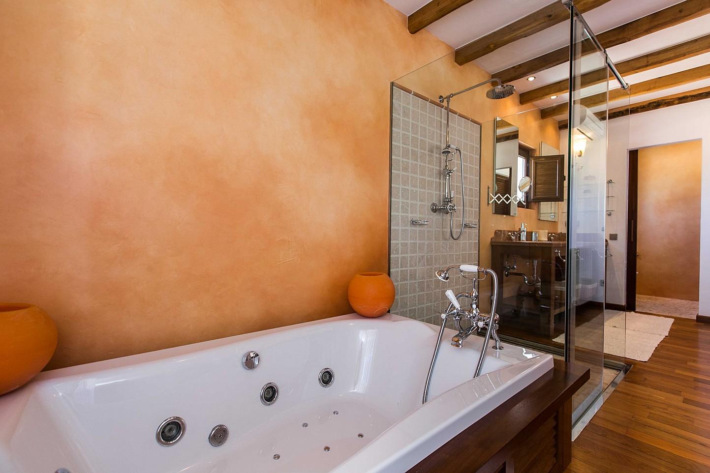 Sensacional bañera con hidromasaje, plato de ducha en sensacional casa en alquiler situada en Ibiza