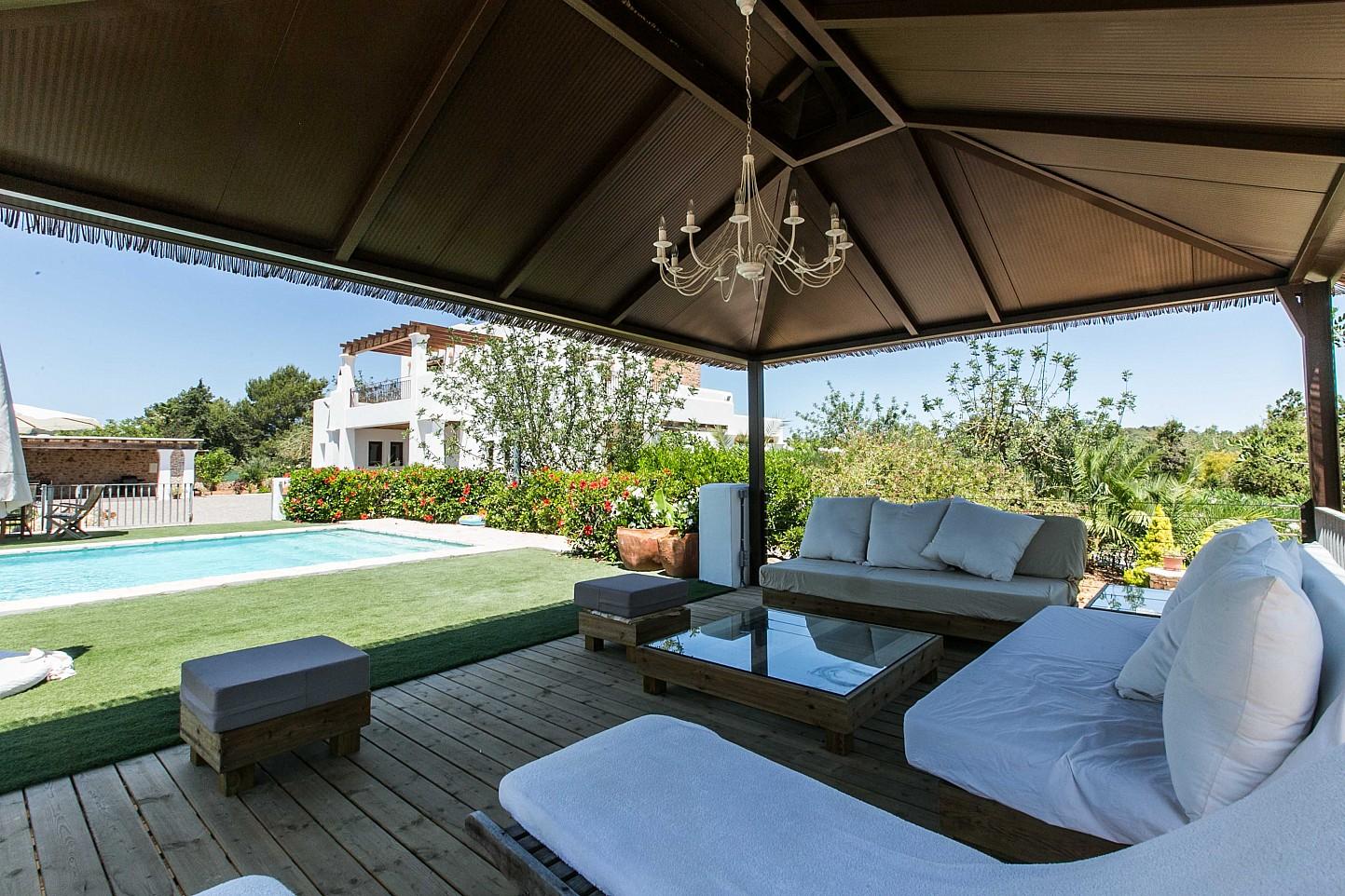 Esplendido jardín con piscina en espectacular casa en alquiler situada en Ibiza