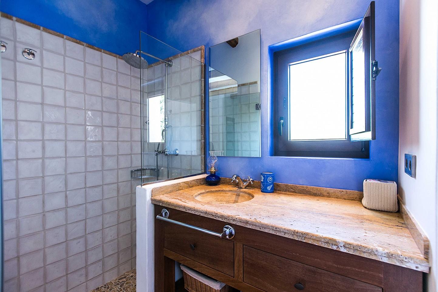 Magnifico baño completo con aseo y plato de ducha en fabulosa casa en alquiler situada en Ibiza