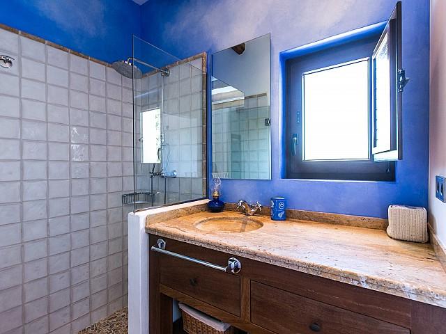 Уютня ванная комната дома в аренду в Puig d'en Valls, Ибица