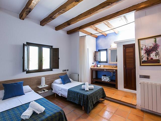 Luminosa habitación doble con cama individual y armario empotrado en espectacular casa en alquiler ubicada en Ibiza