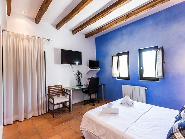 Luminosa habitación doble con cama matrimonial y armario empotrado en espectacular casa en alquiler ubicada en Ibiza