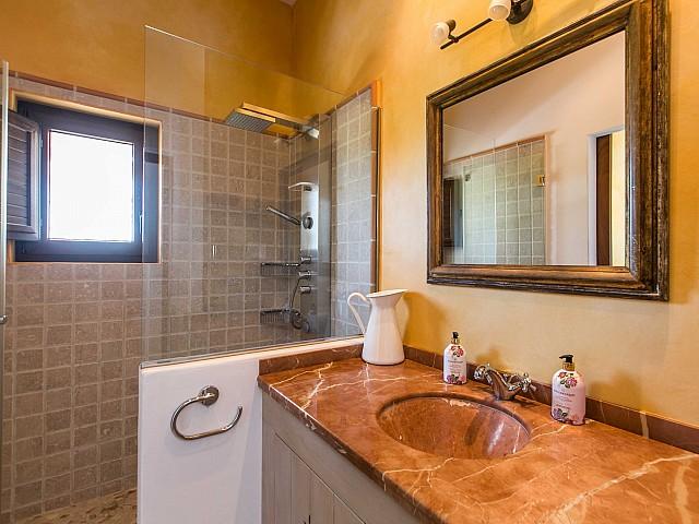 Luminoso baño completo con plato de ducha y aseo en espectacular casa en alquiler situada en Ibiza