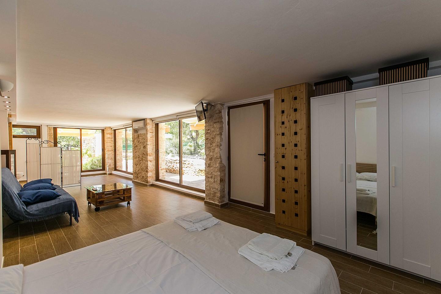 Luminoso interior de estancia en alquiler situada en Ibiza