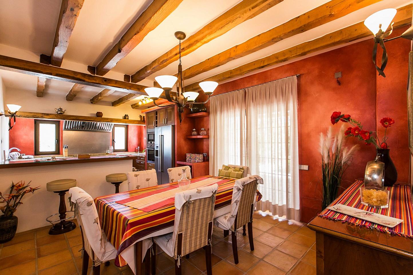 Luminoso salón comedor con vistas exteriores en sensacional estancia en alquiler ubicada en Ibiza