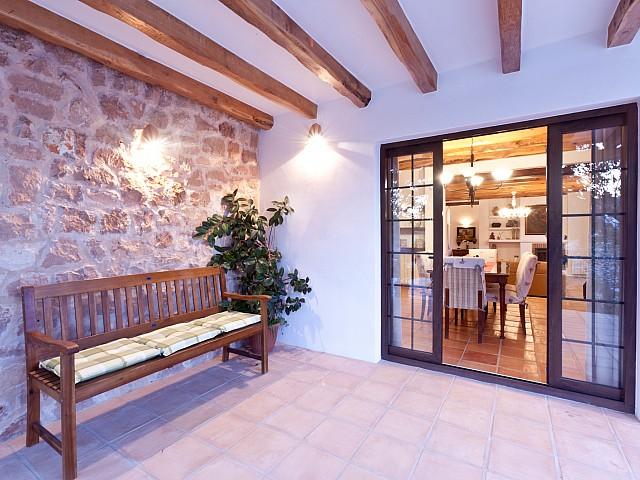 перед входом в дом в аренду в Puig d'en Valls, Ибица