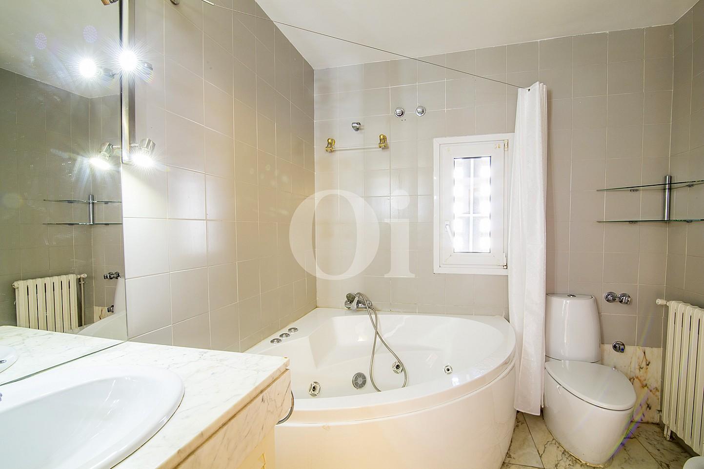 Шикарная ванная комната в доме на продажу в Vila Olímpica, Барселона