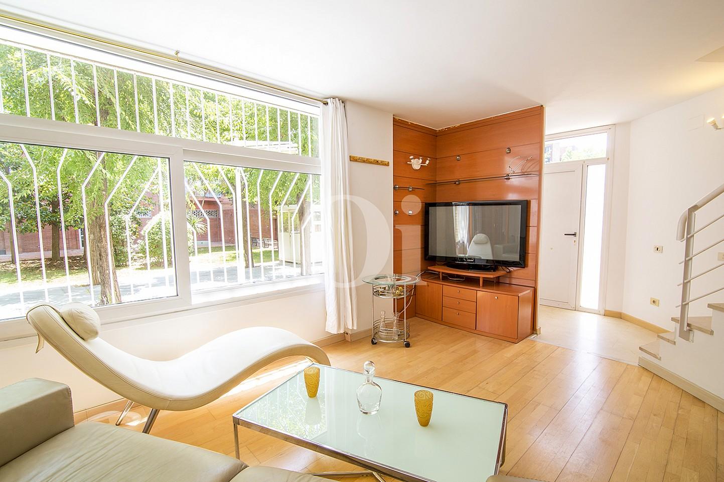 Espectacular salón con magníficas vistas exteriores en  sensacional casa en venta situada en Vila Olímpica, Barcelona