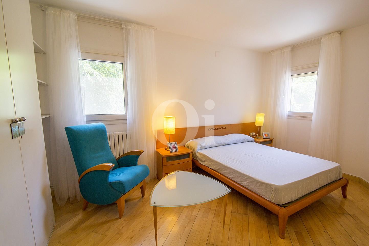Luminosa habitación doble con cama matrimonial y vistas exteriores en sensacional casa en venta situada en Vila Olimpica, Barcelona