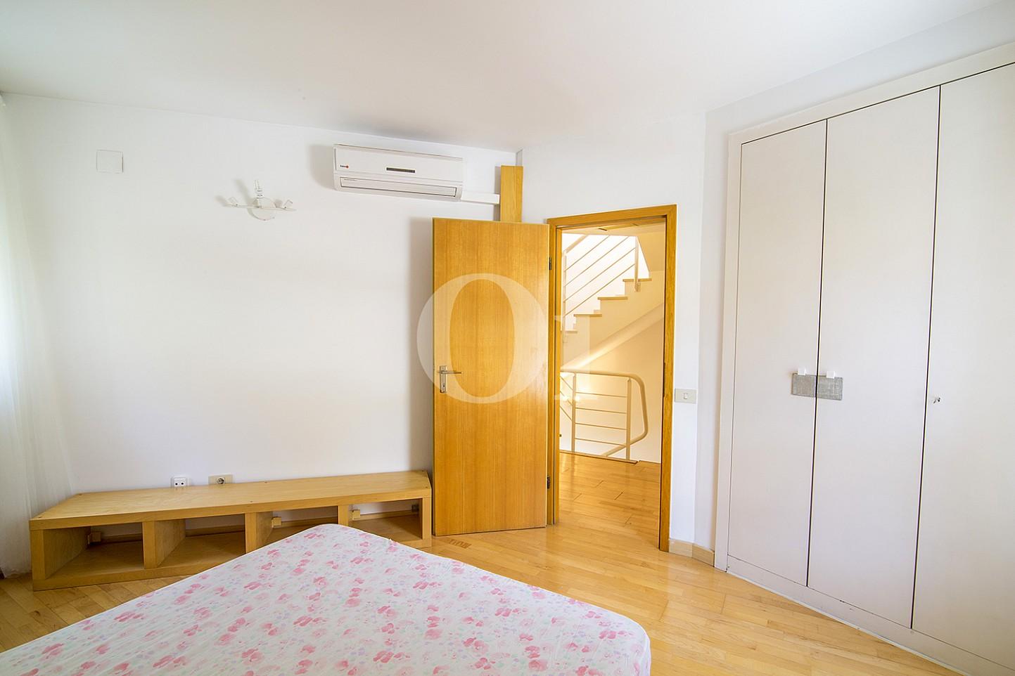 Luminosa habitación doble con cama matrimonial y vistas exteriores, además de armarios empotrados en sensacional casa en venta situada en Vila Olimpica, Barcelona