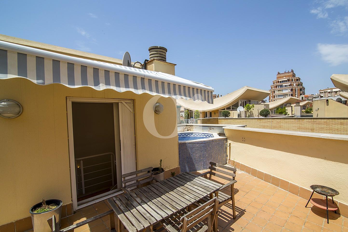 Lujosa terraza con porche y piscina propia, además de fabulosas vistas exteriores en sensacional casa en venta situada en Vila Olimpica, Barcelona