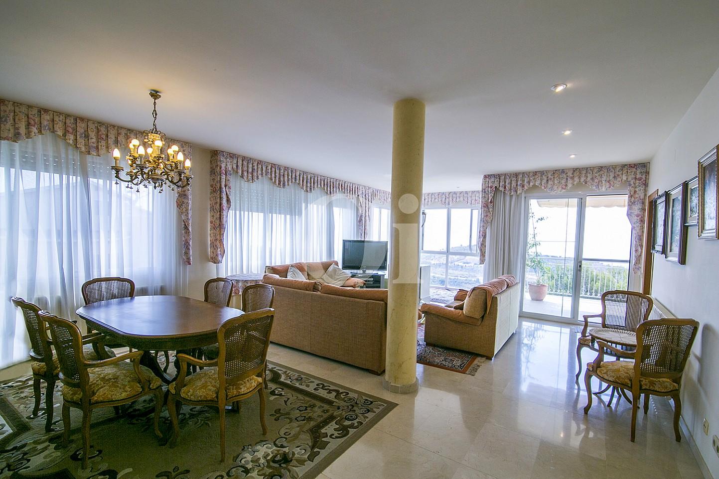 Столовая с огромными окнами эксклюзивного жилья на Mas Ram в Бадалоне