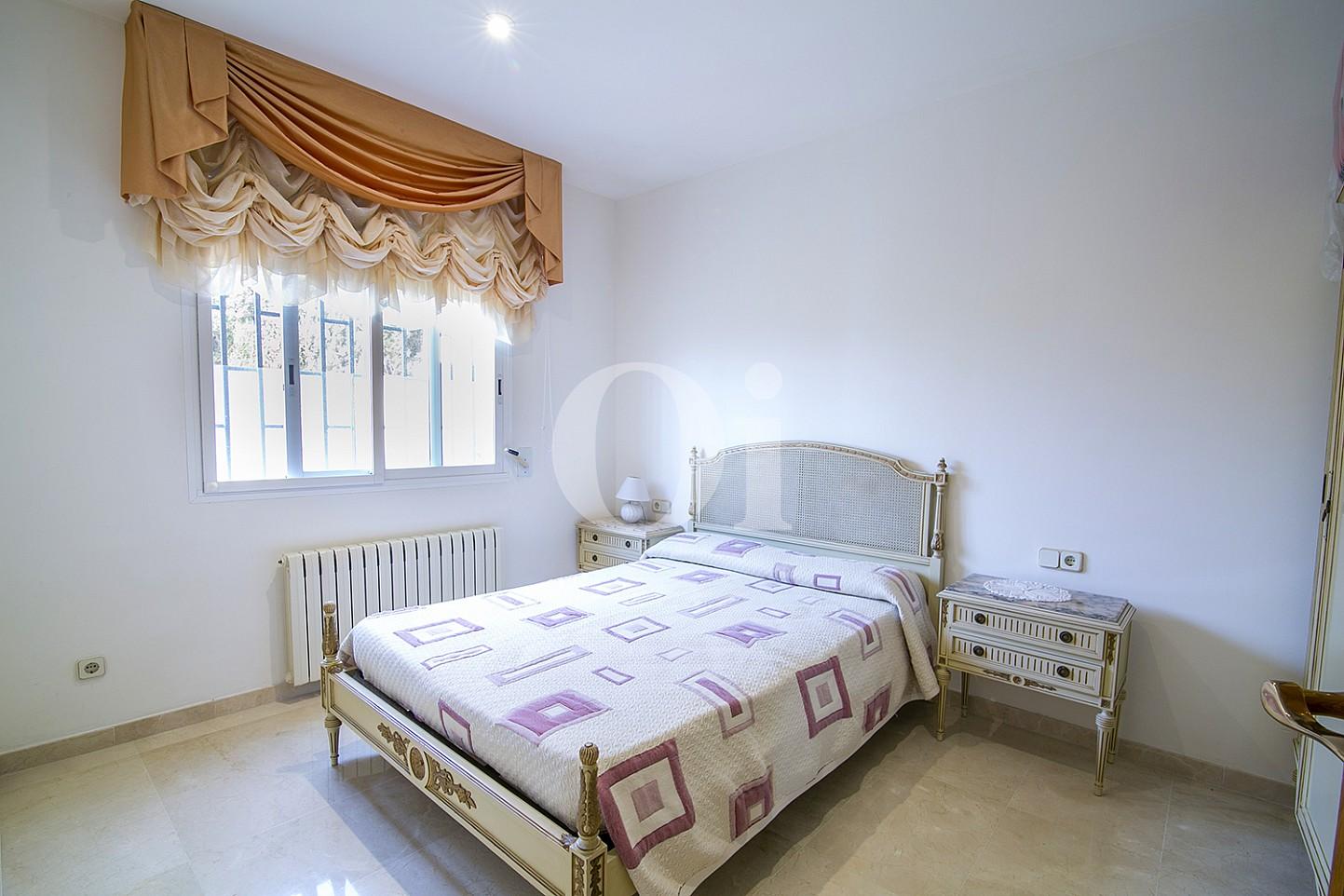 Светлая спальня эксклюзивного жилья на Mas Ram в Бадалоне