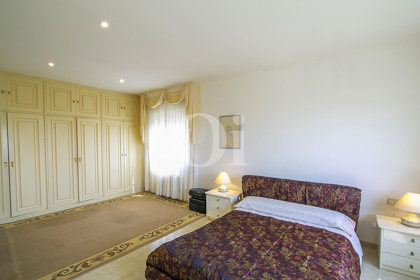 Спальня с личной ванной комнатой эксклюзивного жилья на Mas Ram в Бадалоне