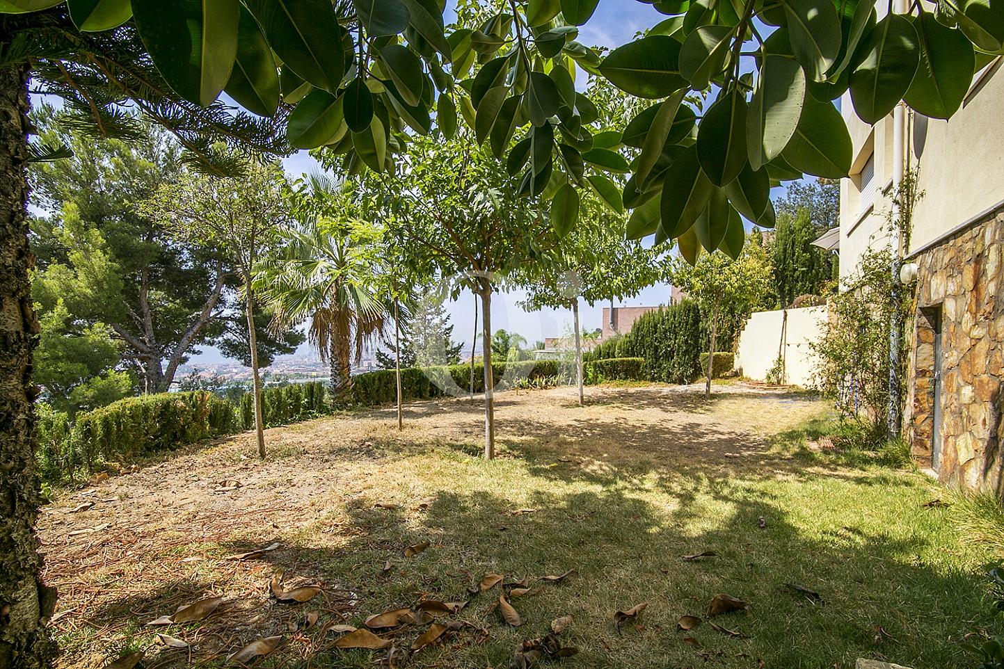 Зеленый сад эксклюзивного жилья на Mas Ram в Бадалоне