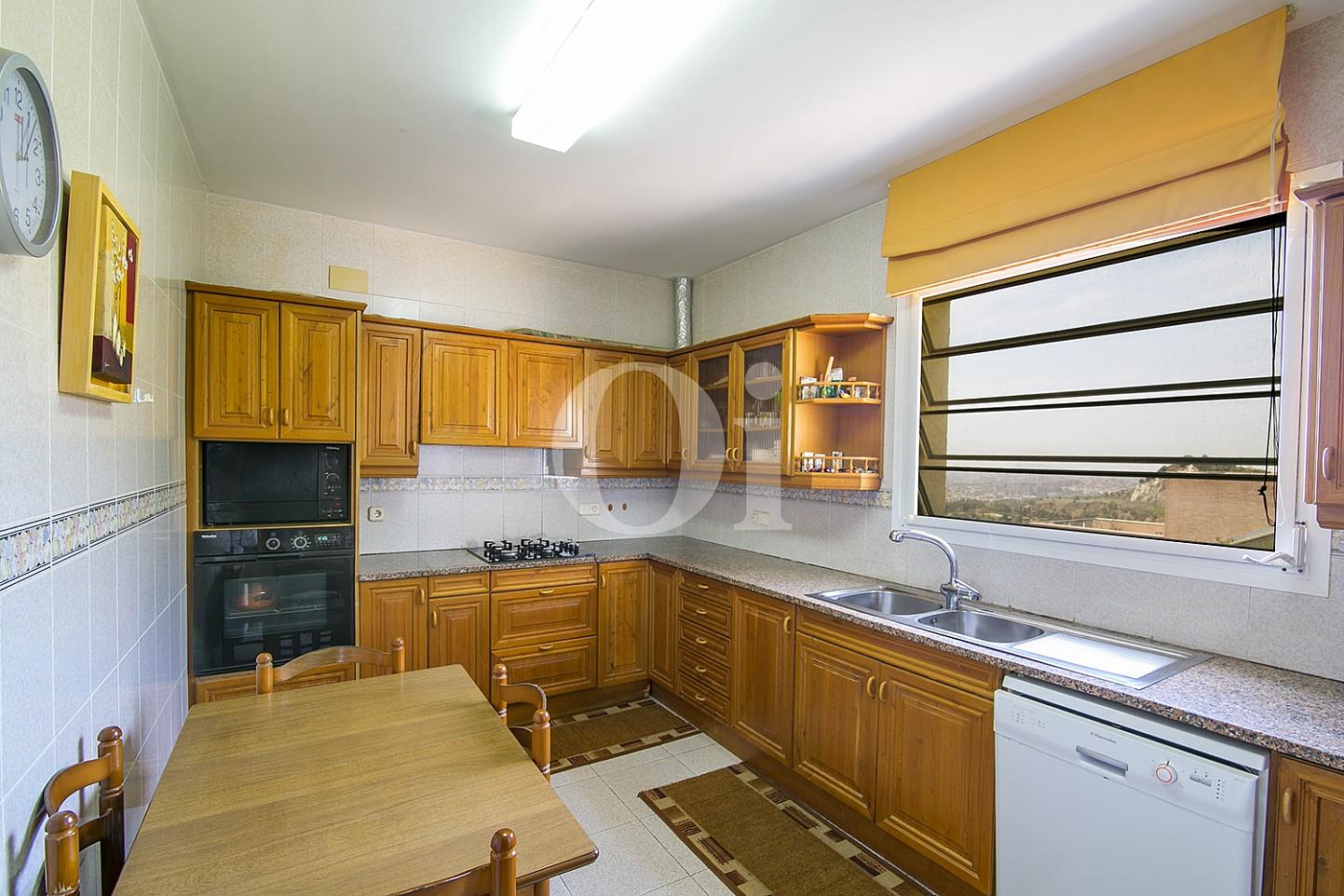 Кухня с видом на море эксклюзивного жилья на Mas Ram в Бадалоне