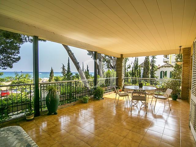 considère grande terrasse extérieure avec vue imprenable sur la nature à Caldes d'Estrac