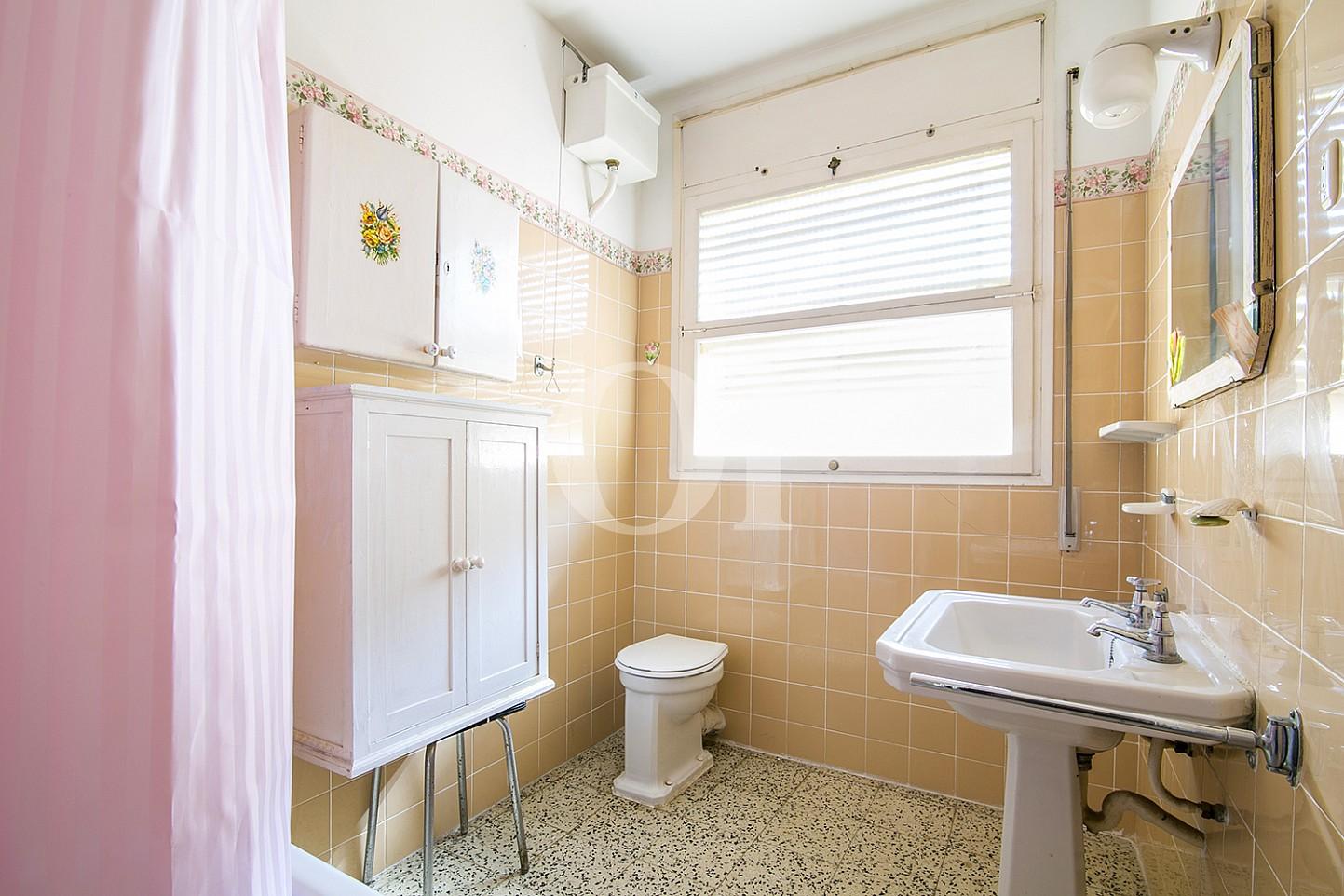 vistes de bany amb lavabo i banyera en pis en venda situat a Caldetes