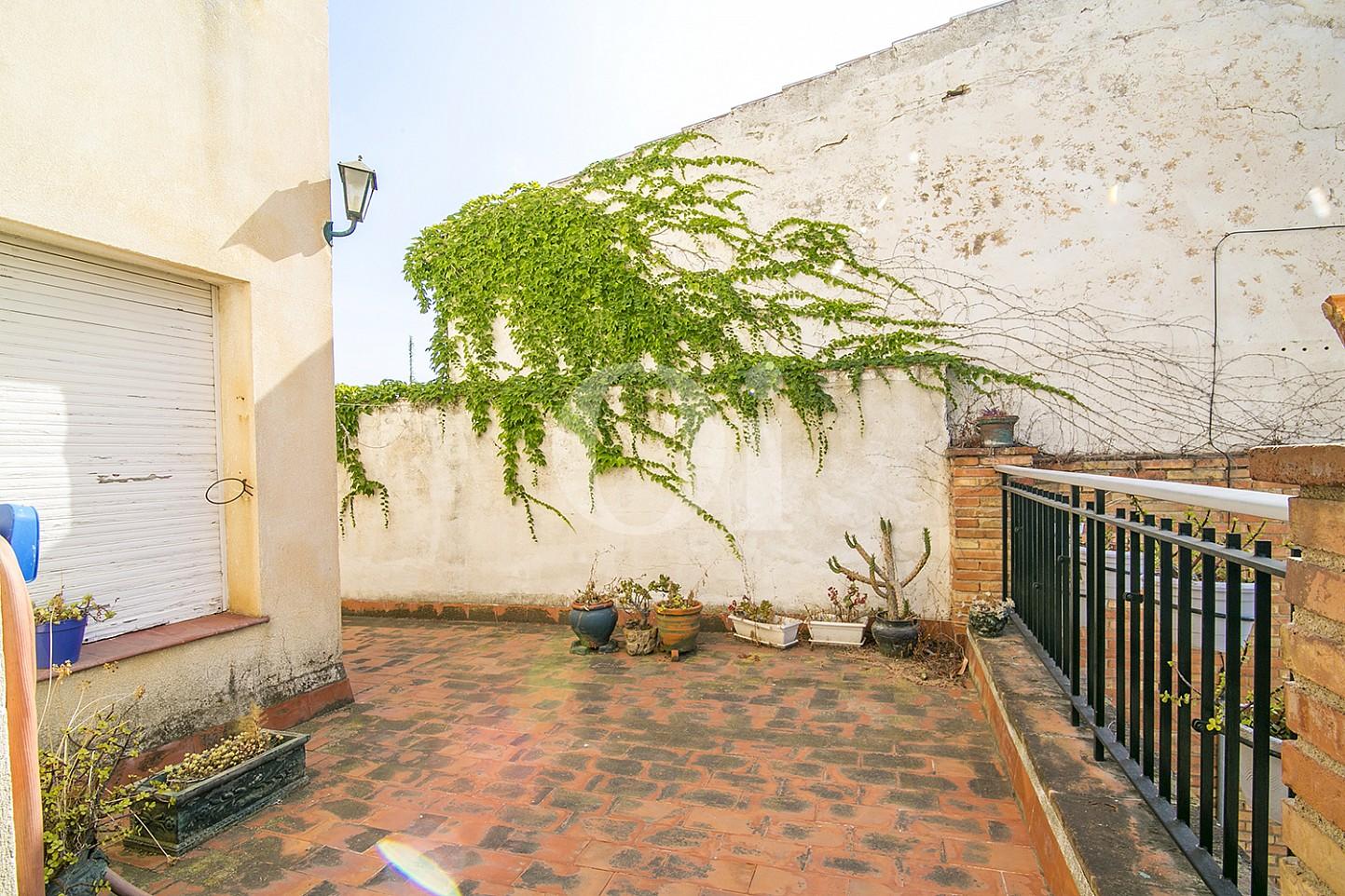 vistas de espacioso patio interior de piso en venta en Caldes d'Estrac